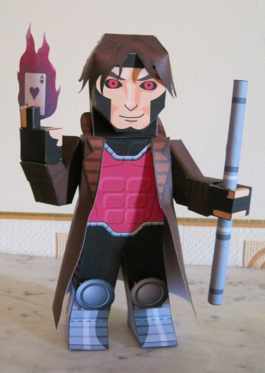 Papercraft imprimible y armable de Gambit. Manualidades a Raudales.