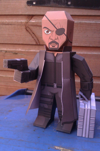 Paper model imprimible y recortable de Nick Fury de Marvel. Manualidades a Raudales.