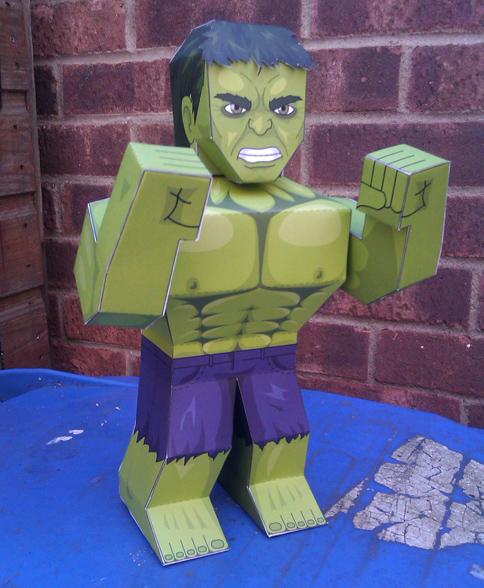 Paper model imprimible de Hulk personaje de comics. Manualidades a Raudales.